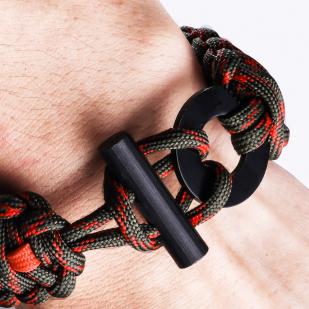 Браслет из верёвки на запястье