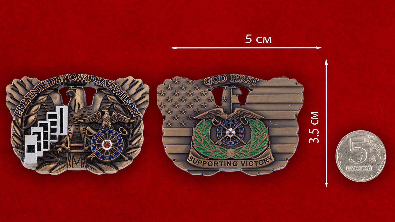 """Челлендж коин 1-го оперативного штаба тылового обеспечения СВ США """"От старшего уоррент-офицера 4-го класса Диаз-Уилсона"""" - сравнительный размер"""