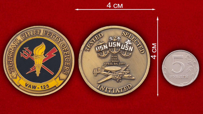 Челлендж коин 125-й эскадрильи радиолокационной разведки ВМС США - сравнительный размер
