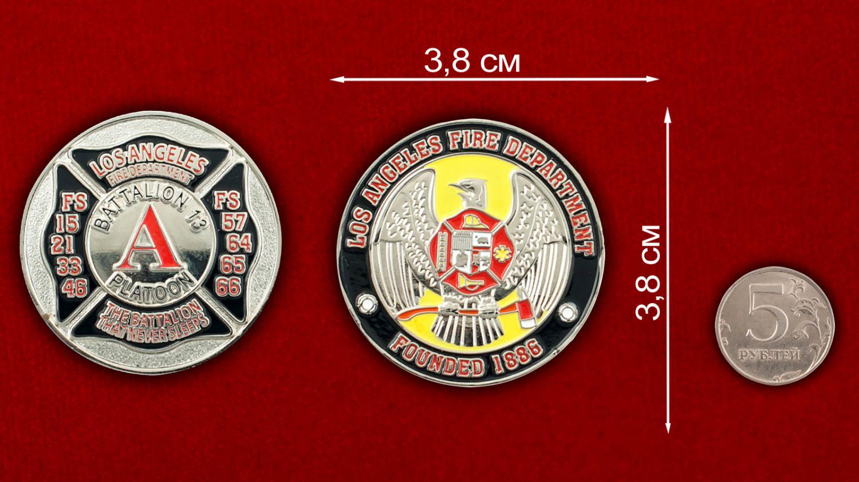 Челлендж коин 13-го батальона Пожарной охраны Лос-Анджелеса - сравнительный размер