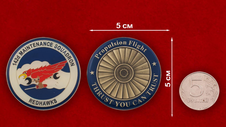 Челлендж коин 142-й эскадрильи технического обслуживания - сравнительный размер