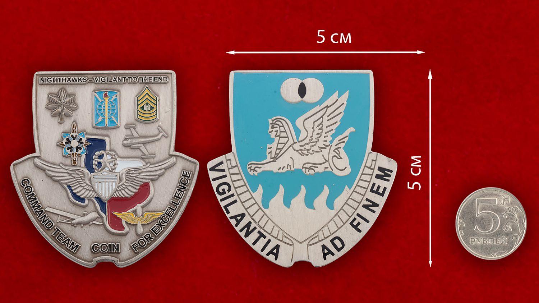 Челлендж коин 15-го батальона Военной разведки Армии США - сравнительный размер