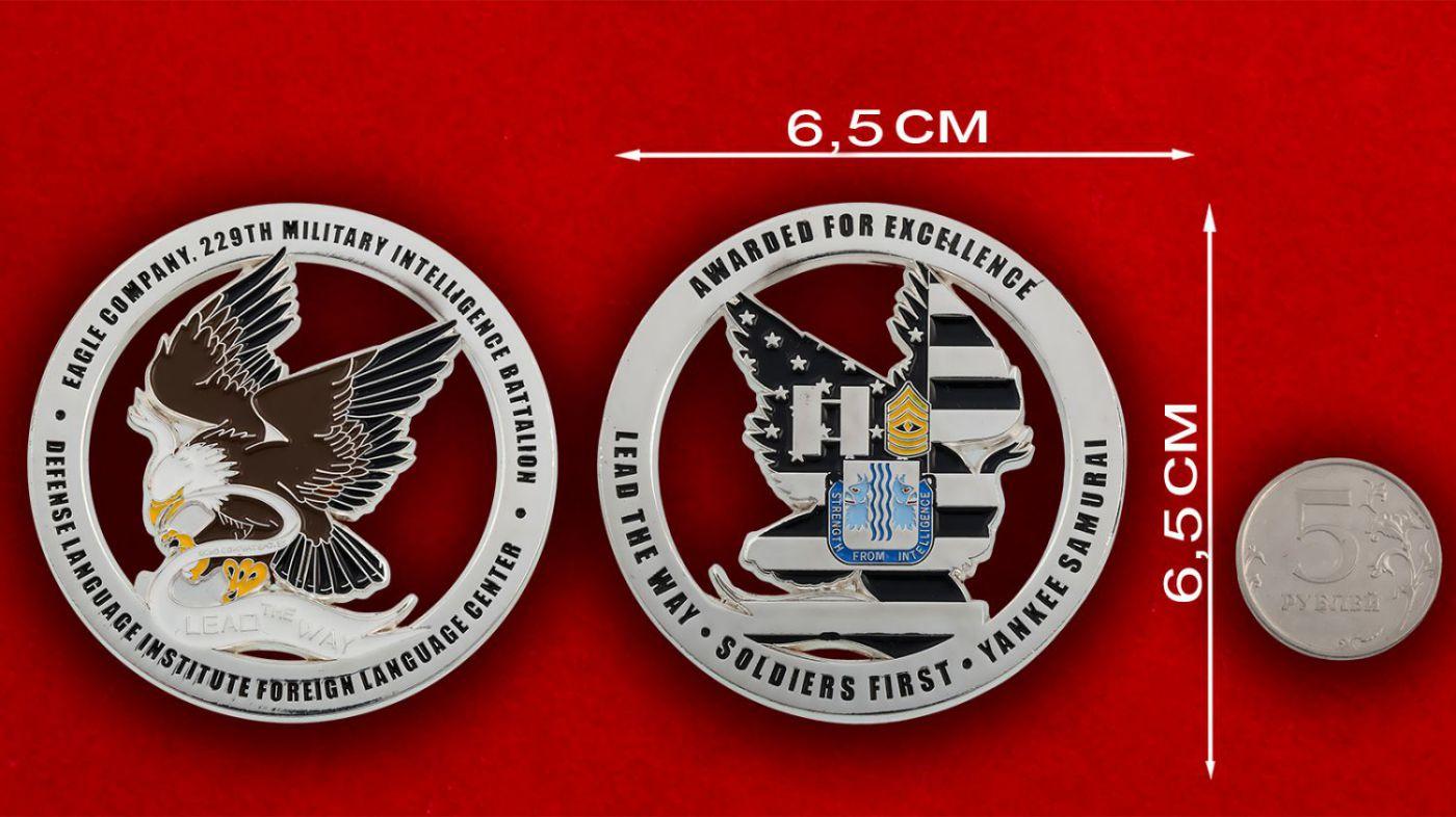 """Челлендж коин """"229-й Батальон Военной разведки Армии США"""" - сравнительный размер"""