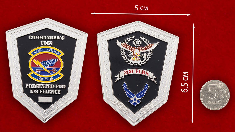 Челлендж коин 380-й эскадрильи тылового снабжения ВВС США - сравнительный размер