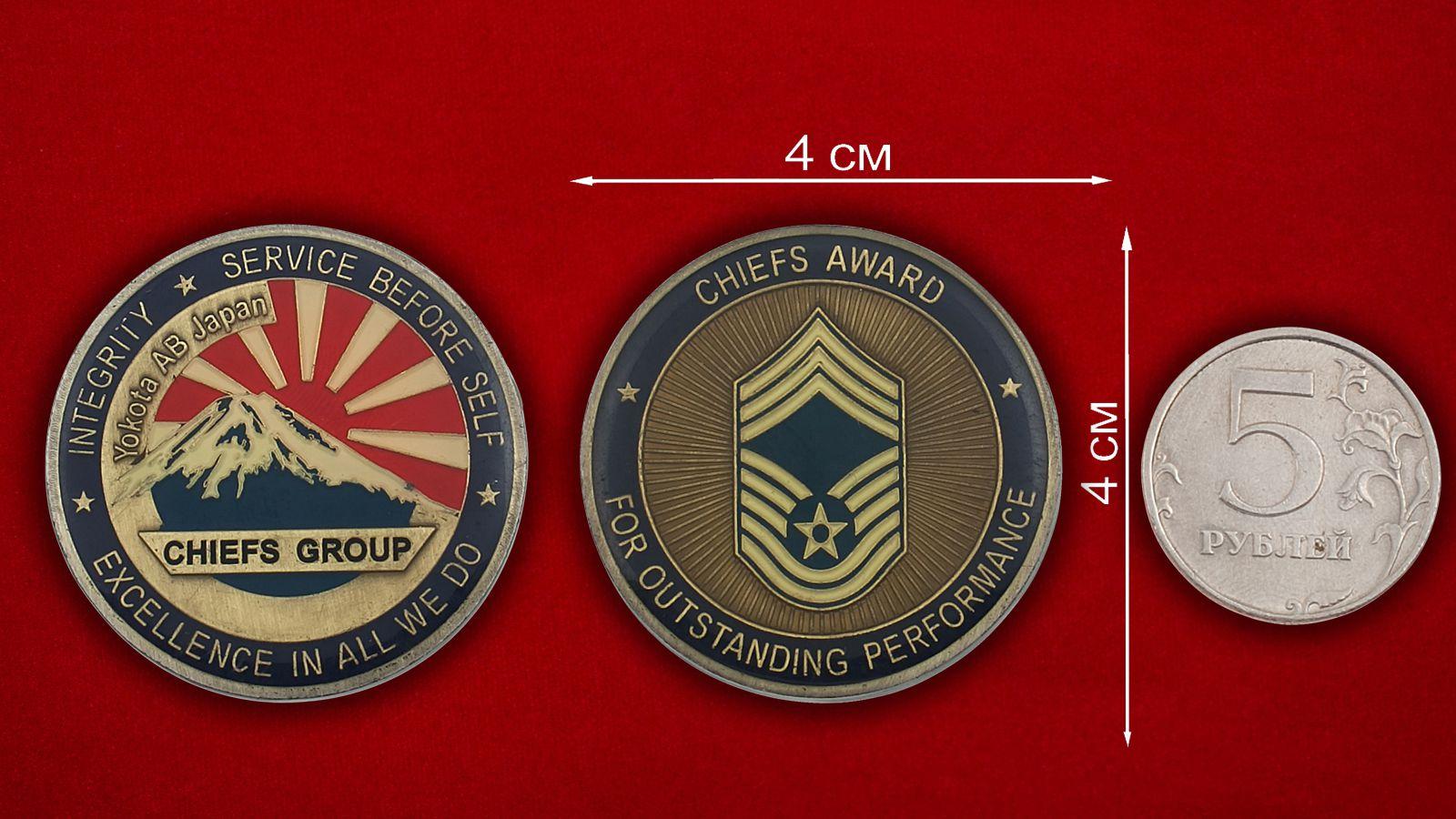 Челлендж коин Авиабазы ВВС США в Йокоте, Япония - сравнительный размер