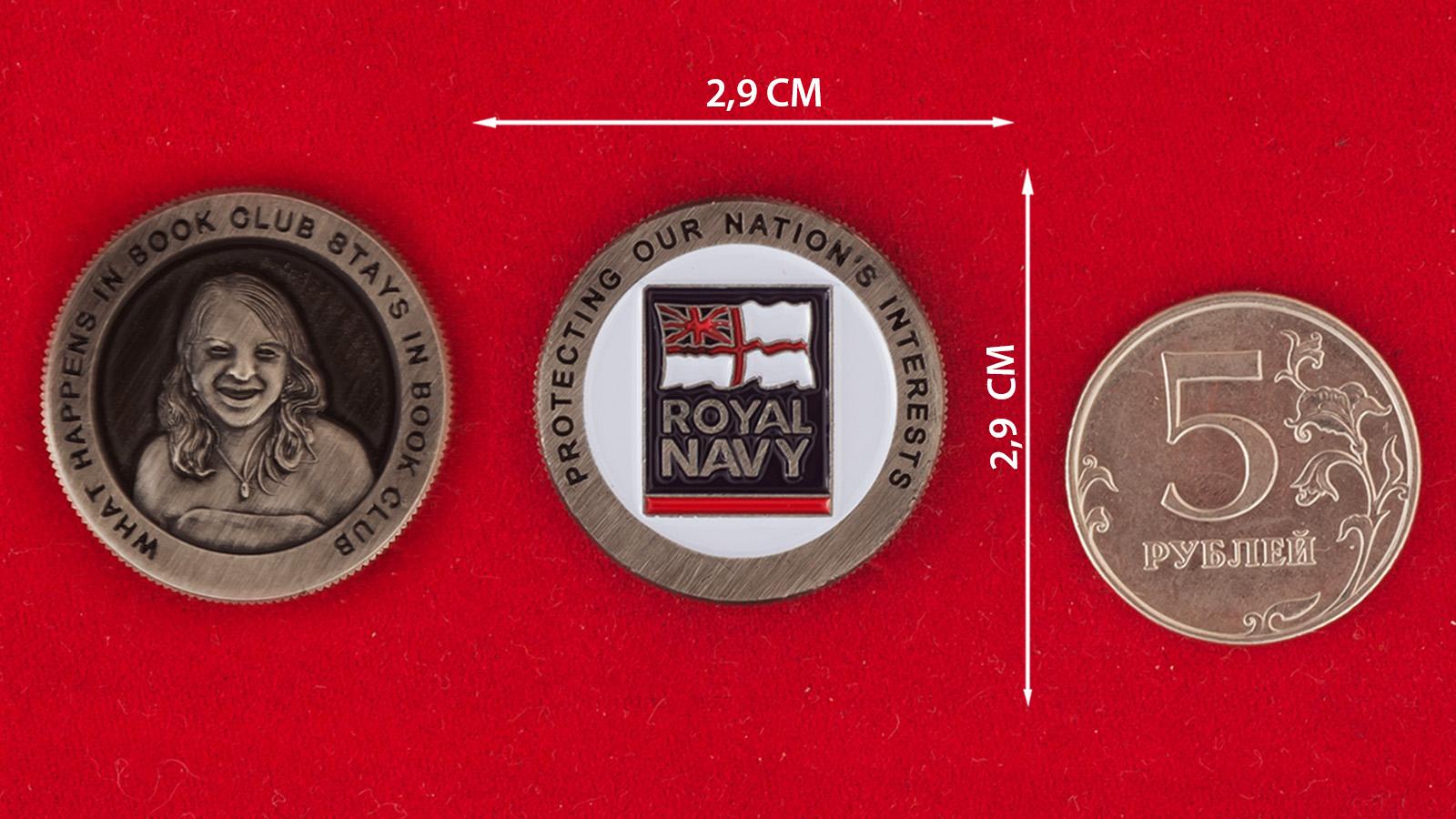 Челлендж коин библиотечного клуба Королевских ВМС Великобритании - сравнительный размер