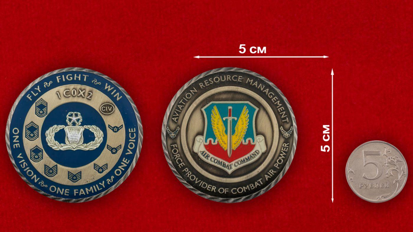 Челлендж коин Боевого авиационного командования ВВС США - сравнительный размер