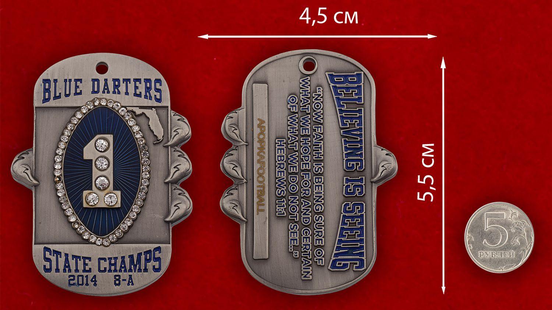 """Челлендж коин """"Чемпионы Флориды-2014"""" команды американского футбола Apopka Blue Darters - сравнительный размер"""