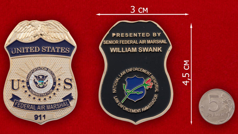Челлендж коин Федеральной службы воздушных маршалов США - сравнительный размер
