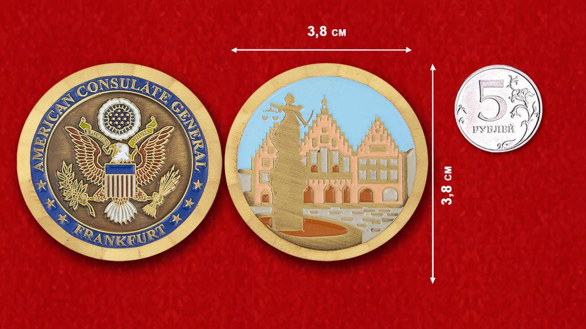 Челлендж коин Генерального консульства США во Франкфурте - сравнительный размер