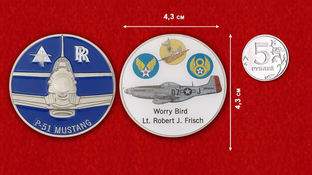 """Челлендж коин """"Истребитель Р-51 Мустанг """"Беспокойная птица"""" лейтенанта Роберта Дж. Фриша"""" - сравнительный размер"""
