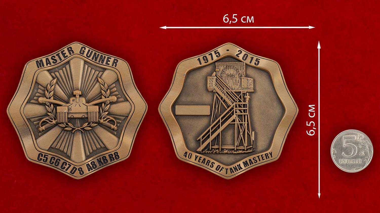 Челлендж коин к 40-летию соревнований бронетанковых подразделений Армии США - сравнительный размер