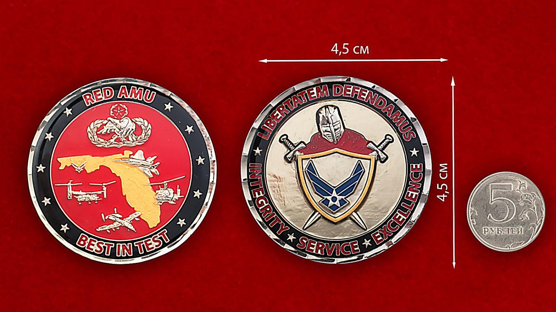 """Челлендж коин """"Красной группы"""" 46-й авиаремонтной эскадрильи ВВС США - сравнительный размер"""