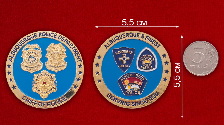 Челлендж коин начальника полиции Альбукерке - сравнительный размер