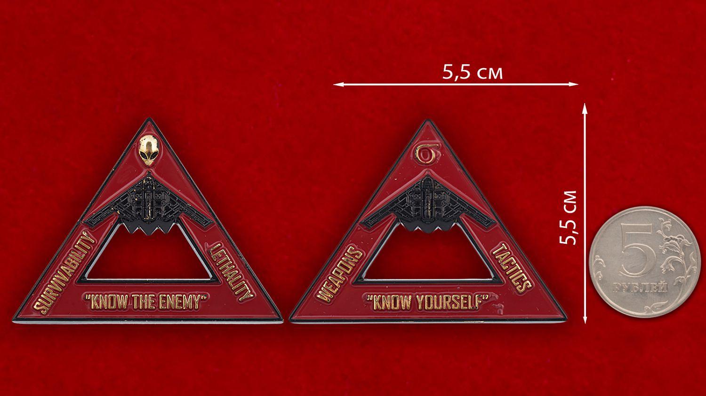 Челлендж коин научно-исследовательской лаборатории технической оценки средств вооружения США - сравнительный размер