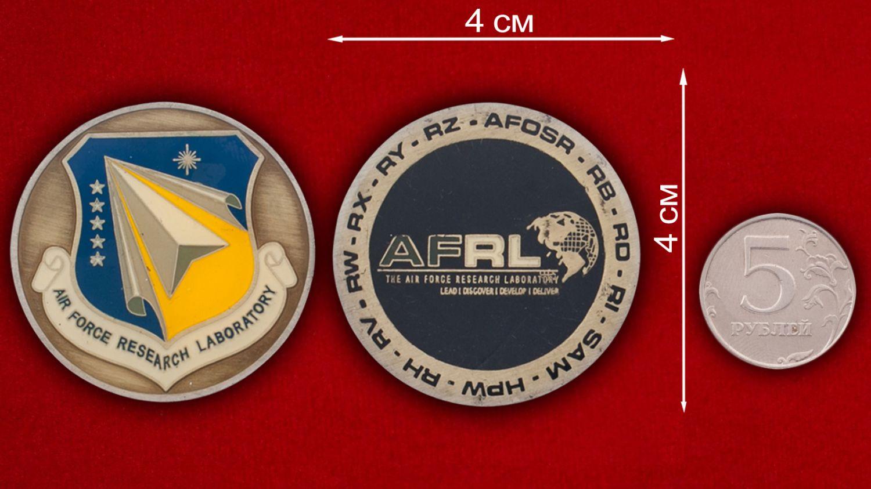 Челлендж коин Научно-исследовательской лаборатории ВВС США - сравнительный размер