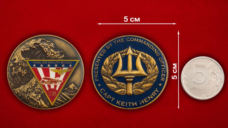 """Челлендж коин """"От Главнокомандующего авиабазы ВВС США Мисава капитана Кейта Генри"""" - сравнительный размер"""