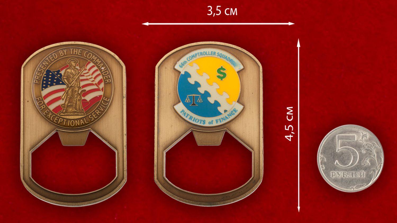 """Челлендж коин-открывалка """"66-й эскадрилье финансовой инспекции ВВС США от командования"""" - сравнительный размер"""