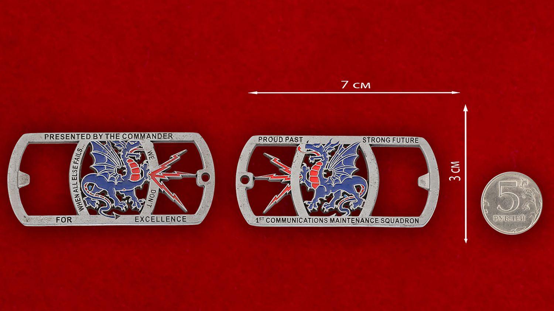 """Челлендж коин-открывашка """"1-й эскадрилье обслуживания связи ВВС США от командира"""" - сравнительный размер"""