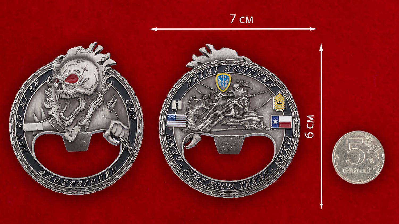 """Челлендж коин - открывашка """"303-й батальон Военной разведки Армии США"""" - сравнительный размер"""