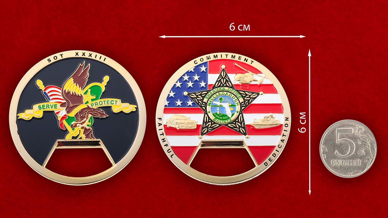 """Челлендж коин-открывашка """"Служба шерифа Хиллсборо Каунти"""" - сравнительный размер"""