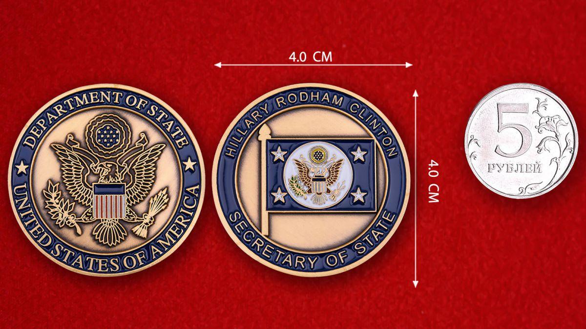 """Челлендж коин """"Секретарь Госдепартамента США Хиллари Клинтон"""" - сравнительный размер"""