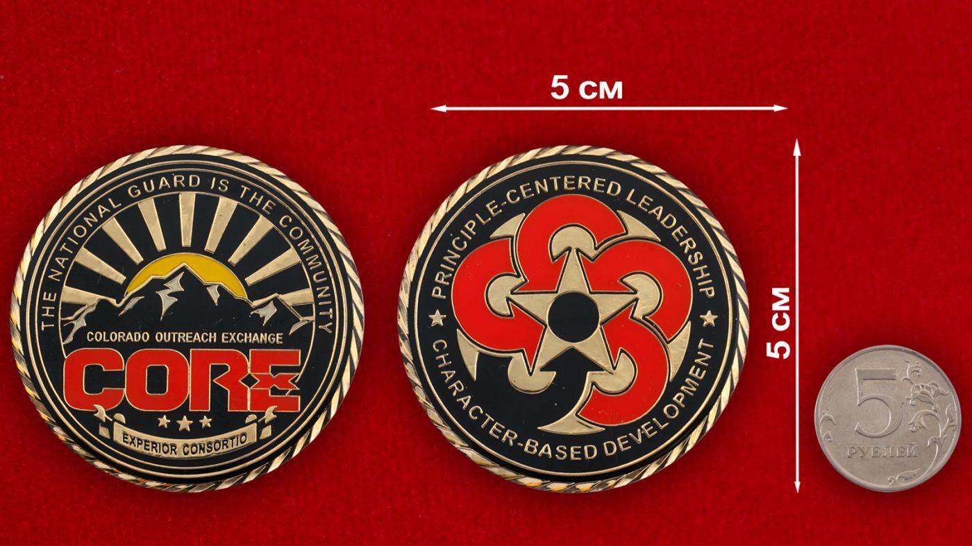 Челлендж коин Сообщества Национальной гвардии штата Колорадо - сравнительный размер