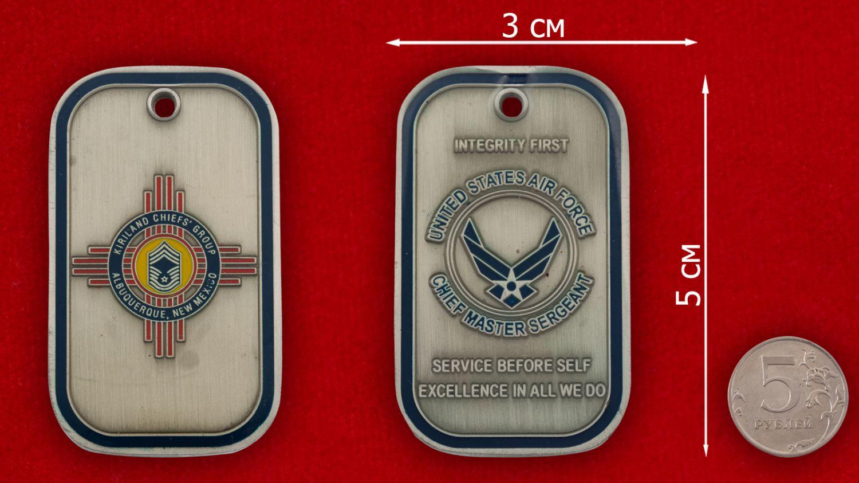 Челлендж коин Старшего мастер-сержанта авиабазы Киртленд - сравнительный размер