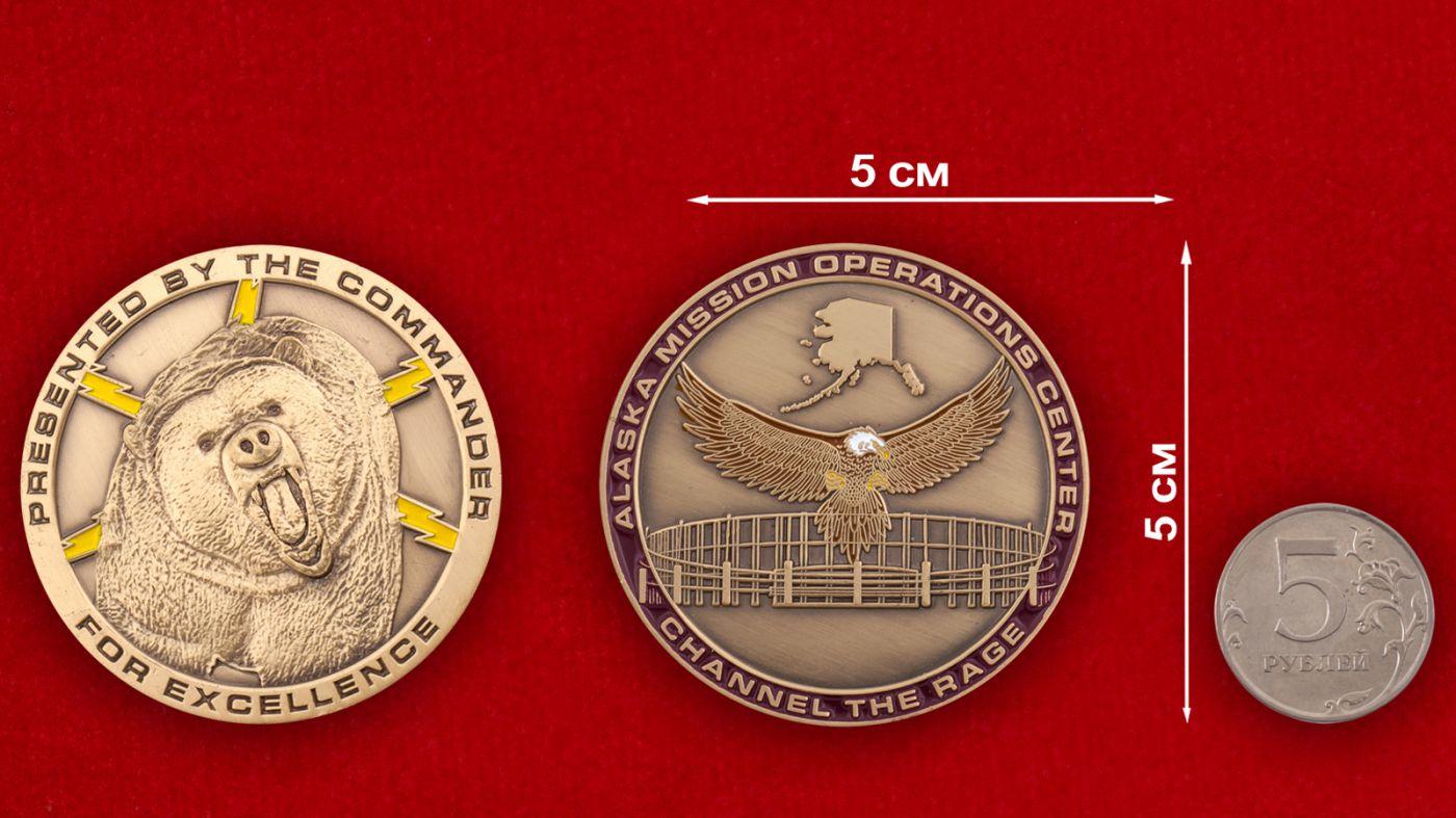 Челлендж коин Центра Управления полетами ВВС США на Аляске - сравнительный размер