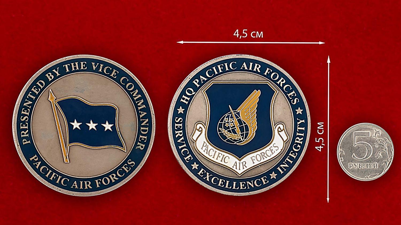 Челлендж коин ВВС США в зоне Тихого океана - сравнительный размер