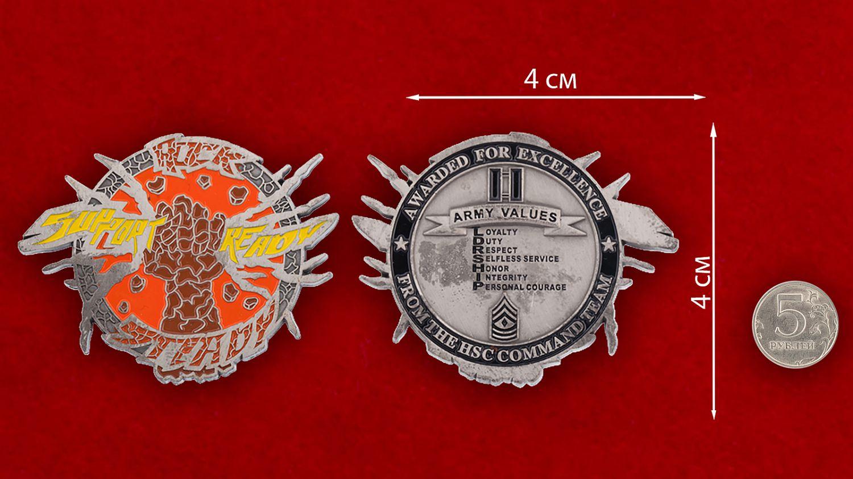 """Челлендж коин """"За особые заслуги"""" от командования медицинских служб частей армии США - сравнительный размер"""