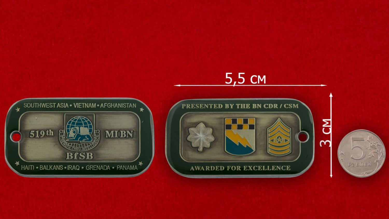 Челлендж коин 519-го Экспедиционного батальона Военной разведки Армии США - сравнительный размер