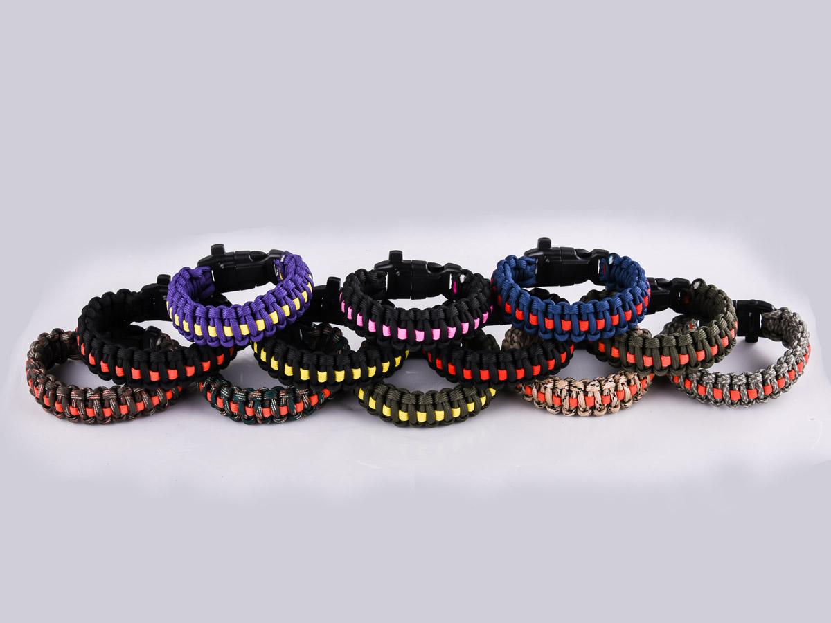Чёрный плетёный браслет - разнообразных цветов