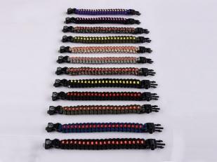 Чёрный плетёный браслет по схеме кобра