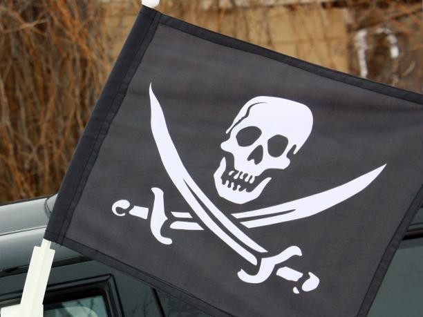 Флаг пиратский на машину с кронштейном «С саблями»