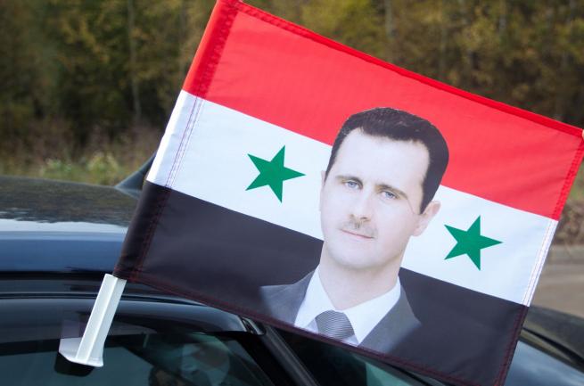Флаг Сирии с Асадом на машину