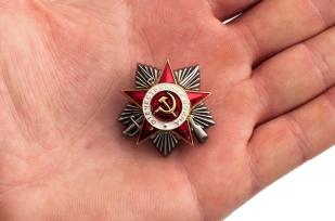 """Значок """"Орден Отечественной войны 2 степени"""" - вид на ладони"""