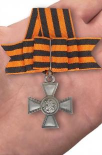 Георгиевский крест (с бантом) - вид на ладони