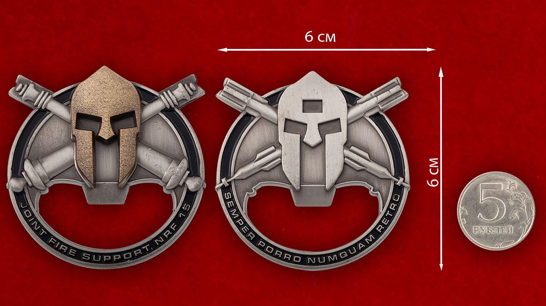 Челлендж коин-открывалка 15-й объединенной группы огневой поддержки Сил быстрого реагирования НАТО - сравнительный размер