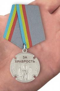 """Казачья медаль """"За храбрость"""" - вид на ладони"""