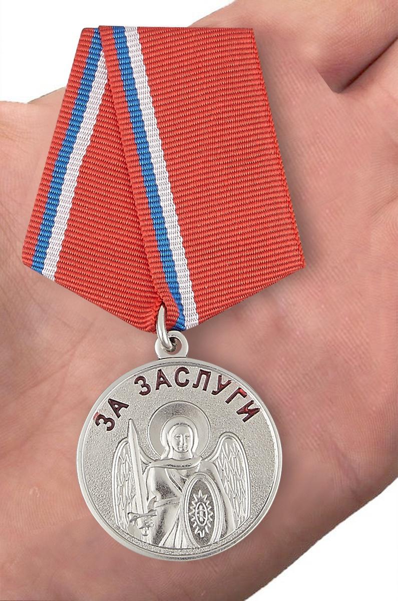 """Казачья медаль """"За заслуги"""" - вид на ладони"""