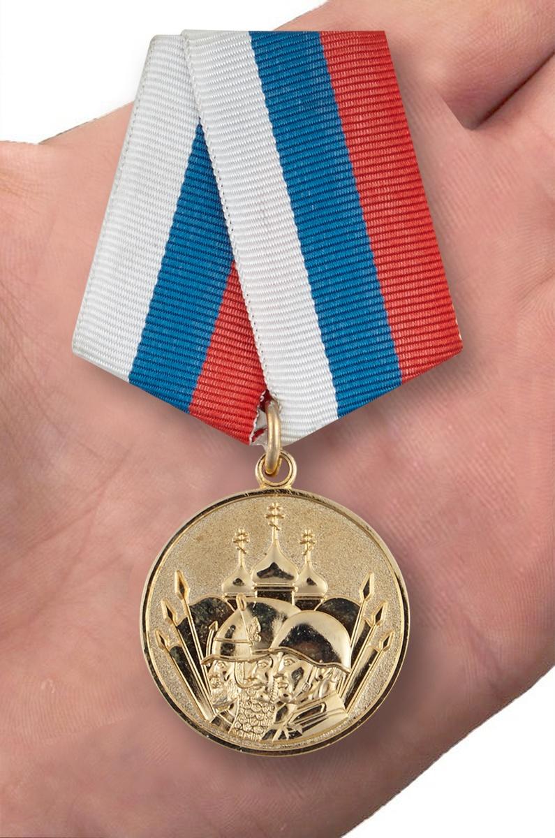 Медаль «23 февраля» - вид на ладони