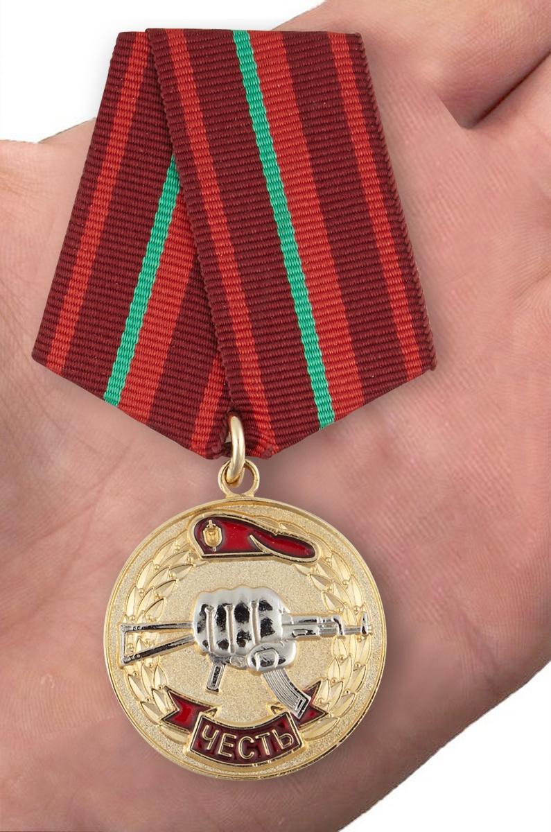 Медаль «Честь» За заслуги перед спецназом - вид на ладони