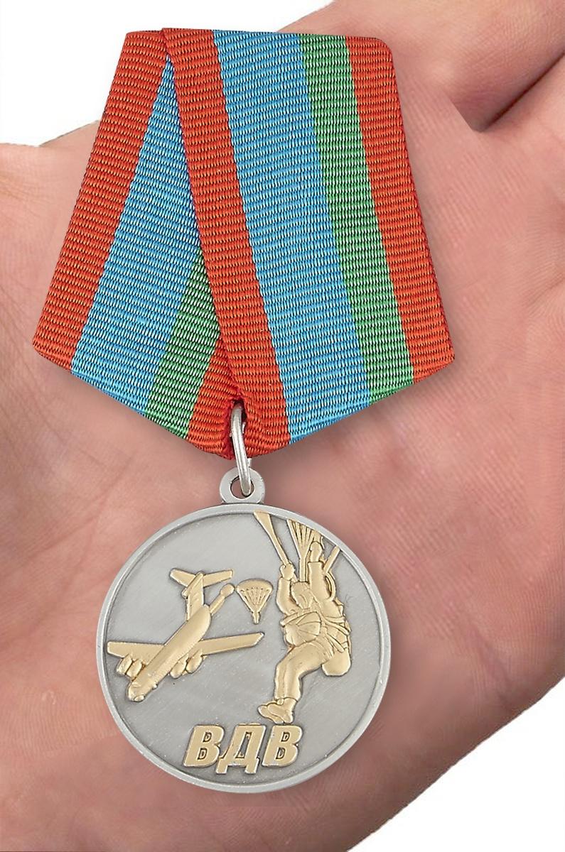 """Медаль """"Десантник ВДВ"""" - вид на ладони"""