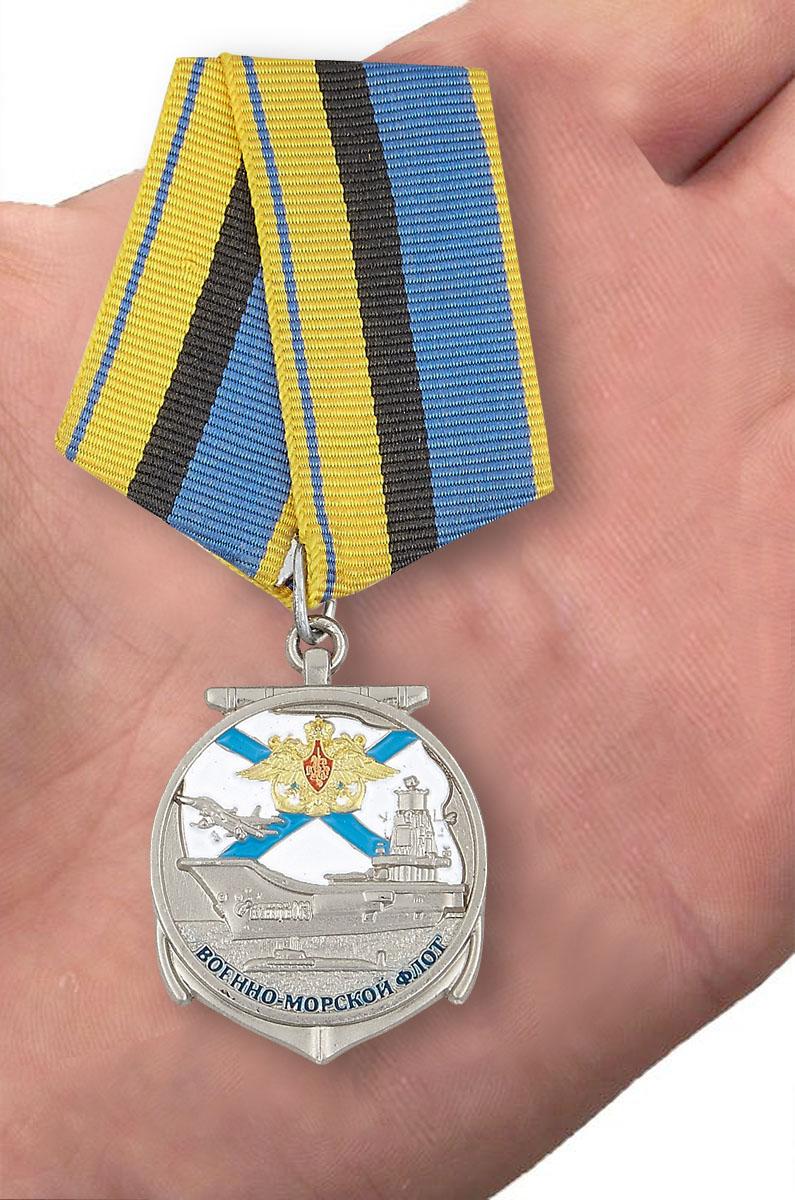 Медаль для ветеранов ВМФ - вид на ладони