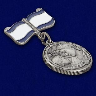 Медаль Материнства СССР 1 степени (муляж) - вид под углом