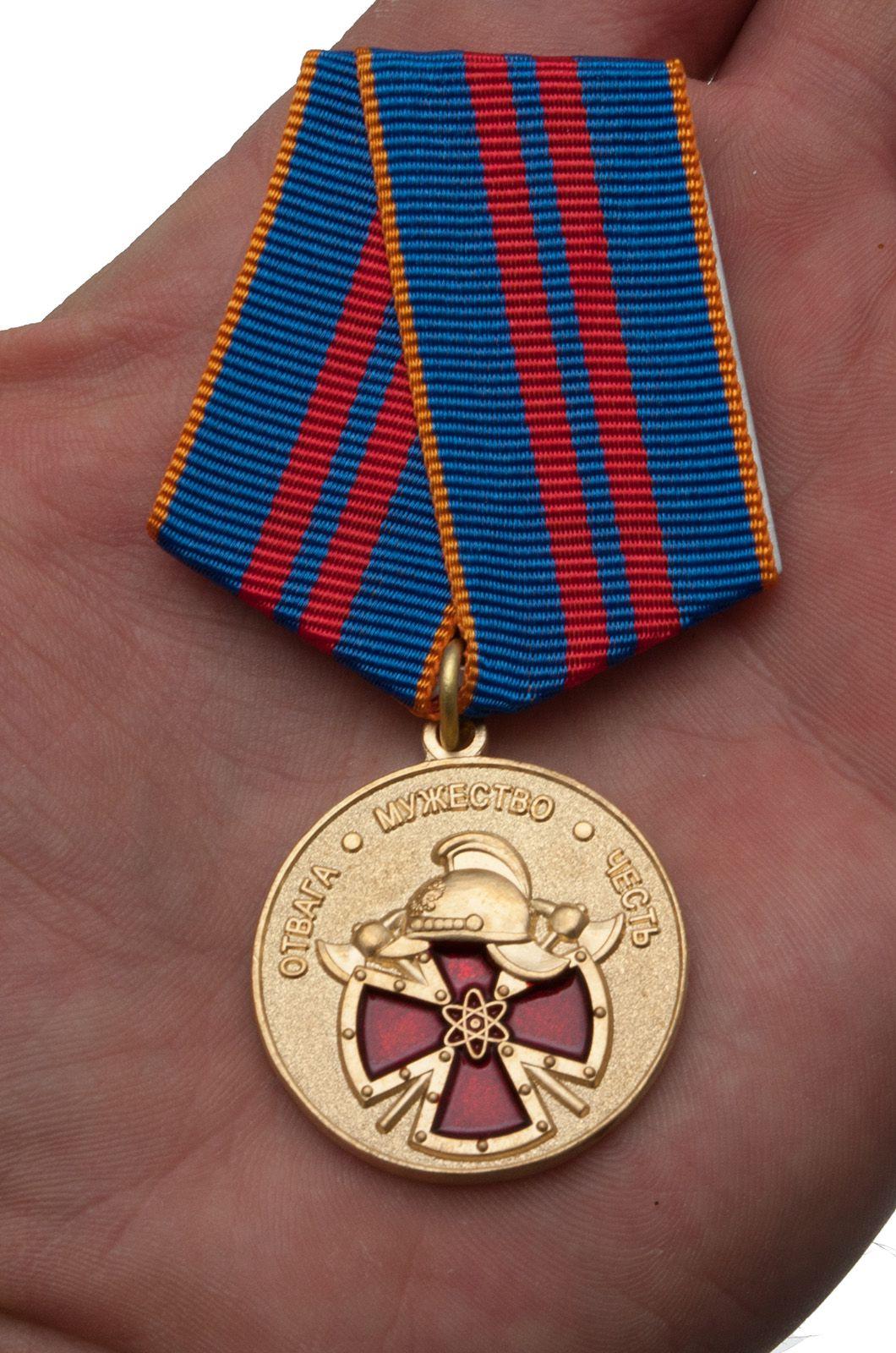 Медаль МЧС За особый вклад в обеспечение пожарной безопасности особо важных государственных объектов - вид на ладони