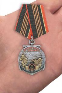 Медаль Морской пехоте 310 лет - вид на ладони