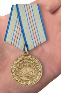 Медаль «За оборону Кавказа» (муляж) - вид на ладони