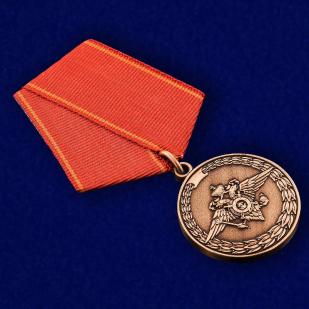 Медаль «За воинскую доблесть» (МВД) - вид под углом